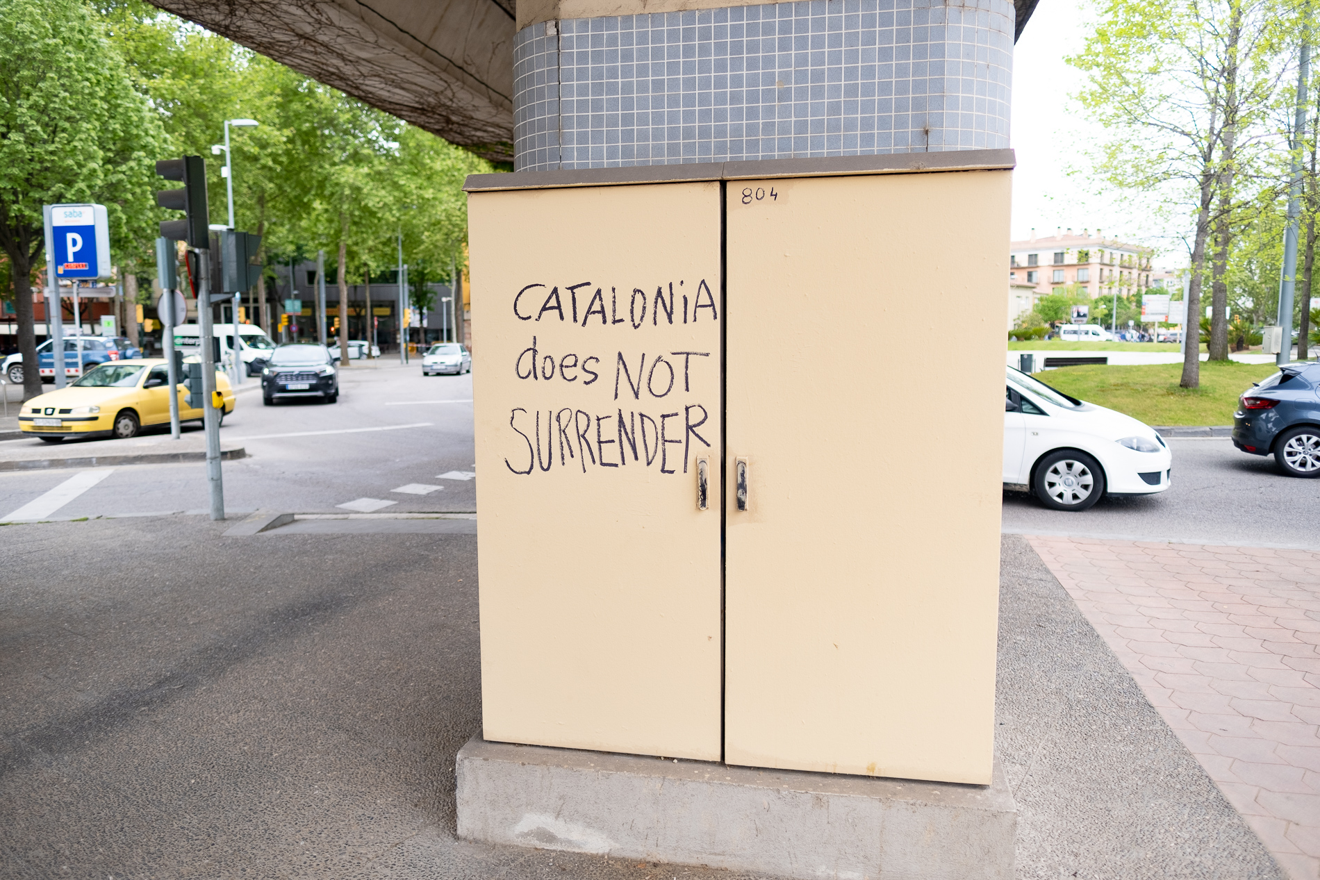 "Graffiti says ""CATALONiA does NOT SURRENDER"" on a power box (maybe?) in the center of Girona Spain's new town."